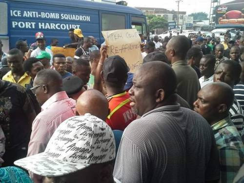 SOLDIERS, POLICEMEN TAKE OVER INEC OFFICE IN RIVERS