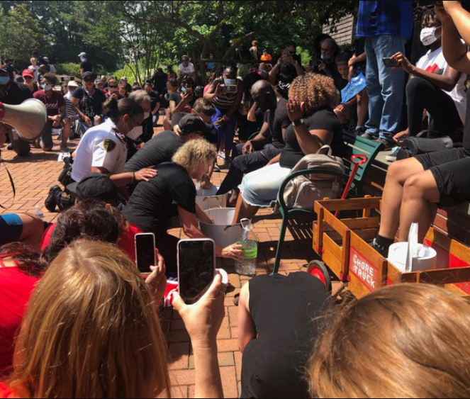 WHITE COPS AND CIVILIANS KNEEL TO WASH THE FEET OF BLACK PROTESTERS AND BEG FOR FORGIVENESS FOR YEARS OF RACISM