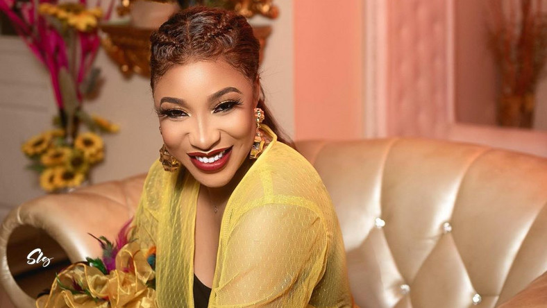 TONTO DIKEH SHARES PHOTOS OF HER BODY BEFORE AND AFTER COSMETIC SURGERY AS SHE SLAMS THOSE AGAINST THE PROCEDURE