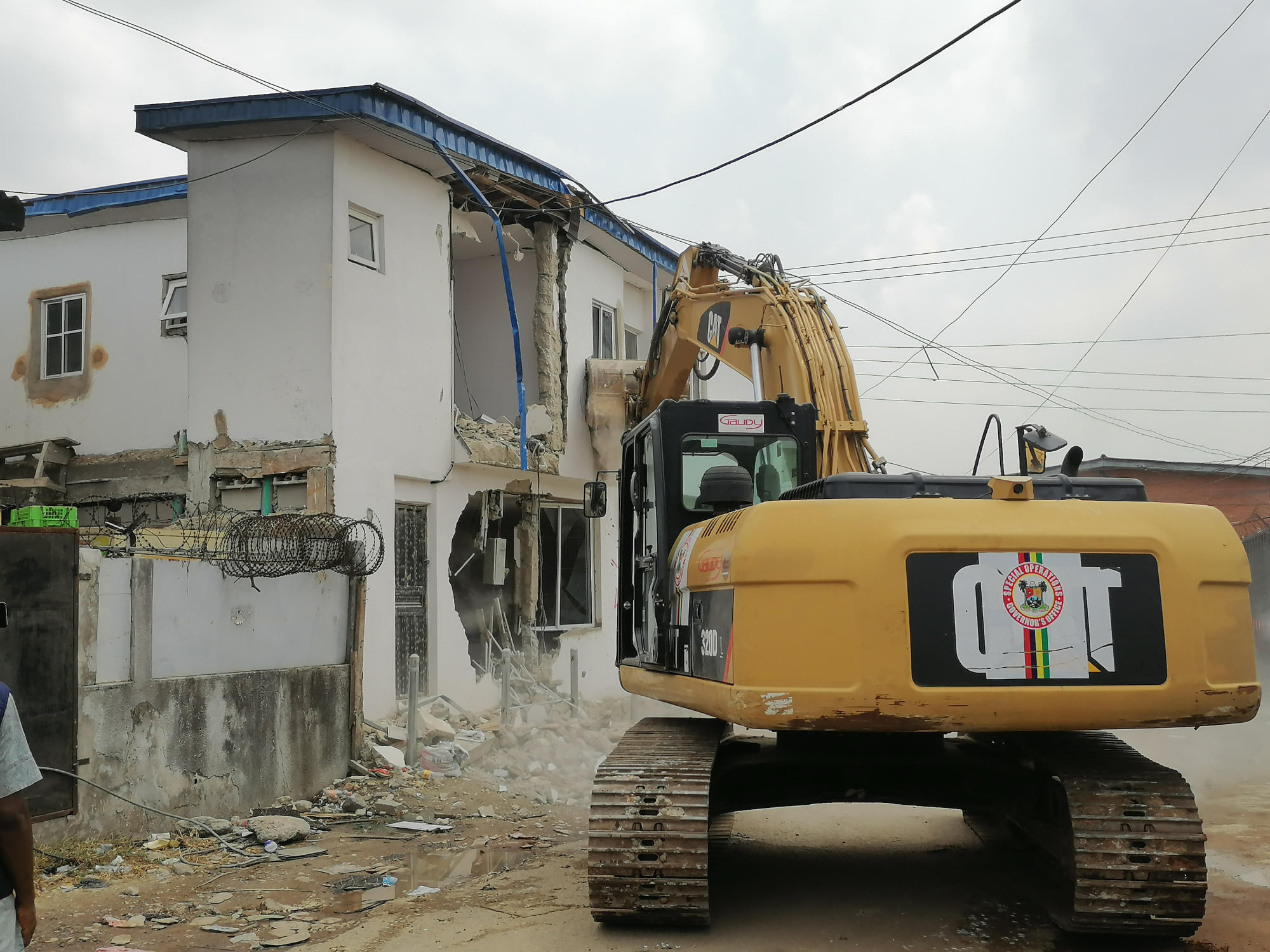 LAGOS STATE GOVT DEMOLISHES UNAPPROVED BUILDING AT ILUPEJU