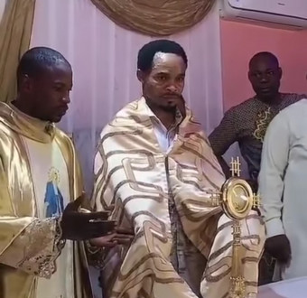 """OUTRAGE AS ODUMEJEJE IS SEEN LIFTING THE CATHOLIC """"BLESSED SACRAMENT"""" AFTER MAN DRESSED LIKE A CATHOLIC PRIEST BLESSED IT (PHOTOS)"""