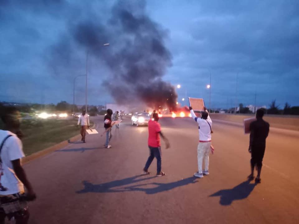 #BUHARIMUSTGO PROTESTERS BLOCK ABUJA AIRPORT ROAD, SET BONFIRE (PHOTOS)