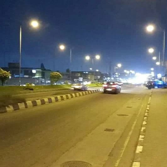 UPDATE: LAGOS STATE GOVERNMENT FIX STREET LIGHTS ON FUNSHO WILLIAMS AVENUE, SURULERE AFTER ARMED ROBBERS ATTACKED MOTORISTS (PHOTOS)